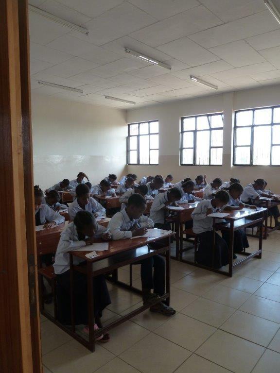 Die Schüler der Grundschule in AlemTena schreiben einen Test